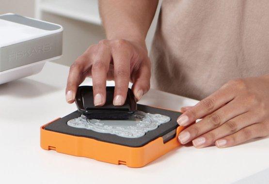 Ritaglia una forma, imprime e stampa un motivo con un solo passaggio nella macchina !